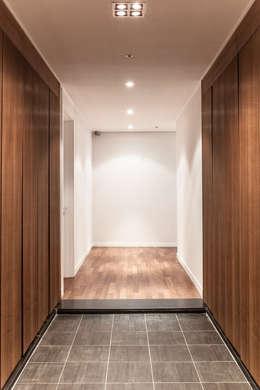 갤러리하우스: 디자인사무실의  복도 & 현관
