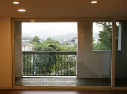 2층 내부에서 바라본 전경: IDÉEAA _ 이데아키텍츠의  거실