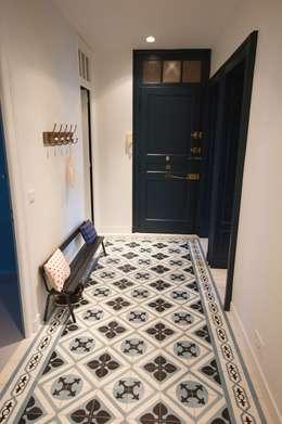 Une entrée en carreaux de ciment: Couloir et hall d'entrée de style  par Atelier[21]