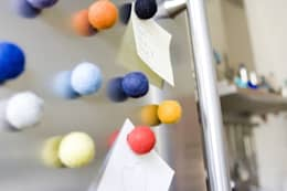 Der Haftbollen - designgeschützter Magnet: minimalistische Küche von Frau Hahn
