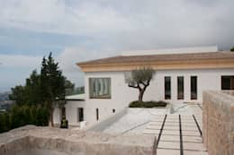 VIVIENDA: Casas de estilo mediterráneo de ABAD Y COTONER, S.L.