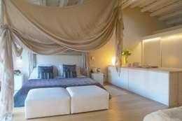 Projekty,  Sypialnia zaprojektowane przez Brick construcció i disseny