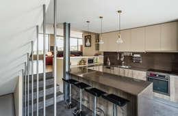 moderne Keuken door XYZ Arquitectos Associados