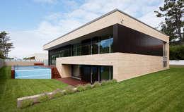 Casas de estilo moderno por XYZ Arquitectos Associados