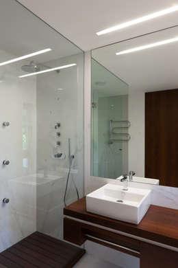 modern Bathroom by XYZ Arquitectos Associados