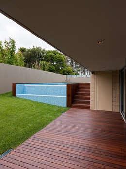 modern Zwembad door XYZ Arquitectos Associados