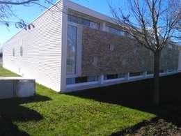 CASA MODERNA: Casas de estilo moderno por STREMEL CONSTRUCCIONES SRL