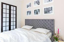 Camera da letto in stile in stile Minimalista di Ayuko Studio