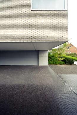 Le Cube Blanc: Garage / Hangar de style de style Moderne par Luc Spits Architecture
