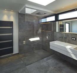 Baños de estilo  por LEE+MIR