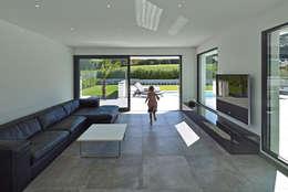modern Living room by LEE+MIR