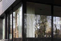 Sous-Bois: Fenêtres & Portes de style de style Moderne par Luc Spits Architecture