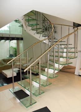 escalera de cristal laminado con pasamanos y herrajes de acero inoxidable vista pasillo
