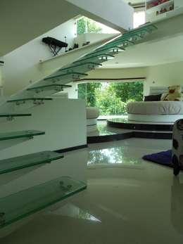 Projekty,  Korytarz, przedpokój i schody zaprojektowane przez INGENIERIA Y DISEÑO EN CRISTAL, S.A. DE C.V.