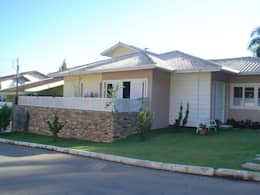 Em terreno plano, em um condomínio urbano, moradia de casal jovem com duas filhas adolecentes.: Casas tropicais por Solange Figueiredo - ALLS Arquitetura e engenharia