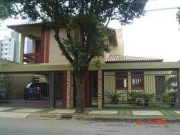 Em terreno plano moradia de casal jovem com duas filhas e pequenas.: Casas tropicais por Solange Figueiredo - ALLS Arquitetura e engenharia
