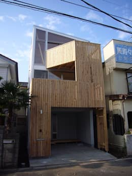 木製ルーバーで構成したバルコニー: 小形徹*小形祐美子 プラス プロスペクトコッテージ 一級建築士事務所が手掛けた家です。