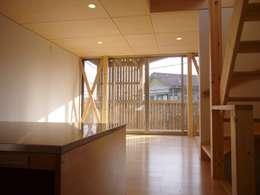 リビングスペースの延長としてのバルコニー: 小形徹*小形祐美子 プラス プロスペクトコッテージ 一級建築士事務所が手掛けたリビングです。