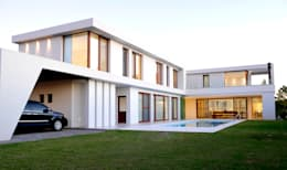 Integrated pool home: Estancias de estilo  por Ramirez Arquitectura