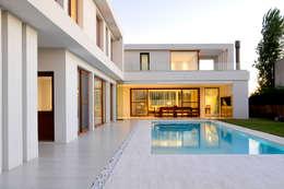 The pool is the center of the house: Piletas de estilo minimalista por Ramirez Arquitectura