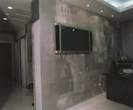 Декоративное покрытие-коллаж с принтами и грубыми текстурами под бетон : Офисные помещения и магазины в . Автор – мастерская22