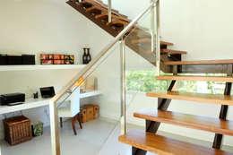 Pasillos y recibidores de estilo  por Ramirez Arquitectura