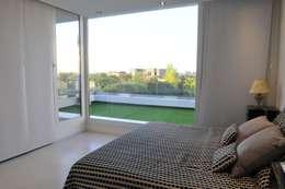Master bedroom: Dormitorios de estilo moderno por Ramirez Arquitectura