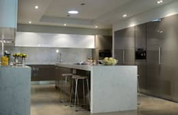 modern Kitchen by VICTORIA PLASENCIA INTERIORISMO