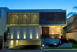 Balcones y terrazas de estilo  por VICTORIA PLASENCIA INTERIORISMO