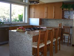 modern Kitchen by VICTORIA PLASENCIA INTERIORISMO