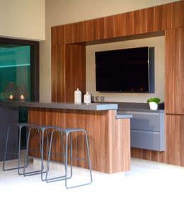 Bar en area de terraza: Balcones y terrazas de estilo moderno por VICTORIA PLASENCIA INTERIORISMO