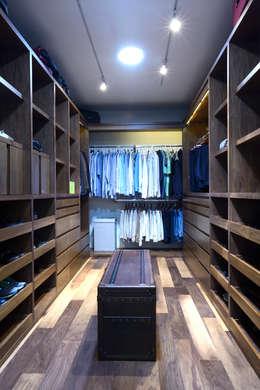 modern Dressing room by VICTORIA PLASENCIA INTERIORISMO