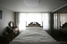 120인치 스크린이 우리집 거실에, 40py 모던한 인테리어 : 홍예디자인의  침실