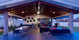 Balcones y terrazas de estilo moderno por VICTORIA PLASENCIA INTERIORISMO