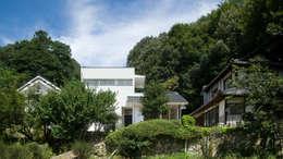やまの根っこの家 正面外観: 優人舎一級建築士事務所が手掛けた家です。