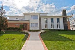 FACHADA FRONTAL: Casas clássicas por UNION Architectural Concept