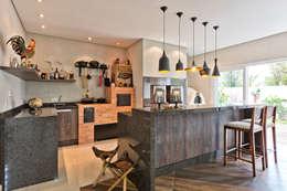 Cocinas de estilo ecléctico por Angelica Pecego Arquitetura
