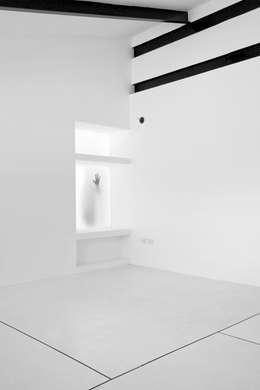 Apartamento Blanco y Negro: Salas / recibidores de estilo minimalista por CENTRAL ARQUITECTURA