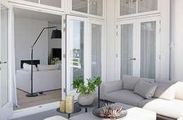 Appartement aan Zee:  Terras door Grego Design