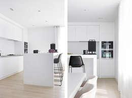 Appartement aan Zee: moderne Keuken door Grego Design Studio