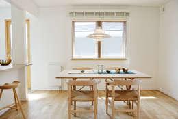 美しいデンマーク家具とライティング: ヨゴホームズが手掛けたリビングです。