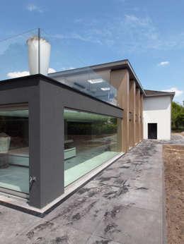 Restylen Villa te Essen: moderne Huizen door Vergouwen & Van Rijen architecten BNA BVBA