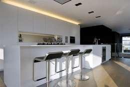 Restylen Villa te Essen: moderne Keuken door Vergouwen & Van Rijen architecten BNA BVBA