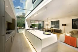 ​Kitchen and sitting area with views of the back garden at Bedford Gardens house.: modern Kitchen by Nash Baker Architects Ltd