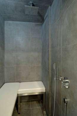 Baños de estilo moderno por Vemworks llc