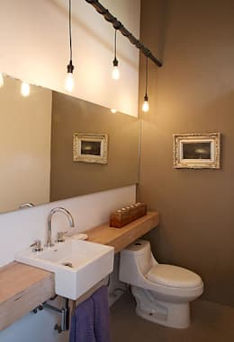 eclectic Bathroom by Mayúscula Arquitectos