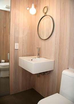 Baños de estilo ecléctico por Mayúscula Arquitectos