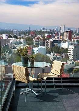 Balcones y terrazas de estilo  por Mayúscula Arquitectos