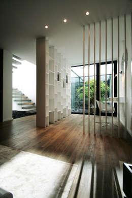 Salas / recibidores de estilo moderno por TRAMA arquitetos
