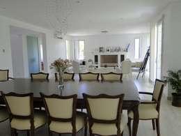 Casa en Castores - Nordelta: Livings de estilo clásico por Arquitectos Building M&CC - (Marcelo Rueda, Claudio Castiglia y Claudia Rueda)